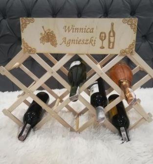 Stojak na wino z grawerem.